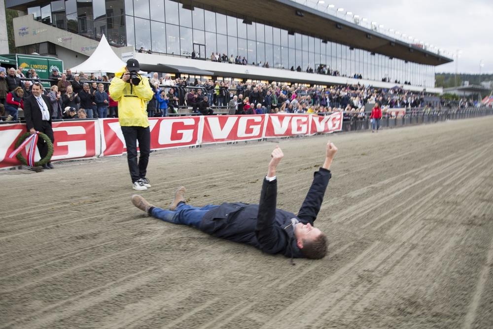 Får vi se slike scener på Sørlandet lørdag? Dette var Erik Sandbæks reaksjon da Glen Ord Superb tok hjem Derby-seieren på Bjerke i september. Foto: Hesteguiden.com.