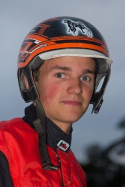 Johan Kringeland Eriksen (bildet) kjører nå med stallansattlisens, men topper statistikken for amatører på Sørlandets Travpark i 2015. Foto: Hesteguiden.com.
