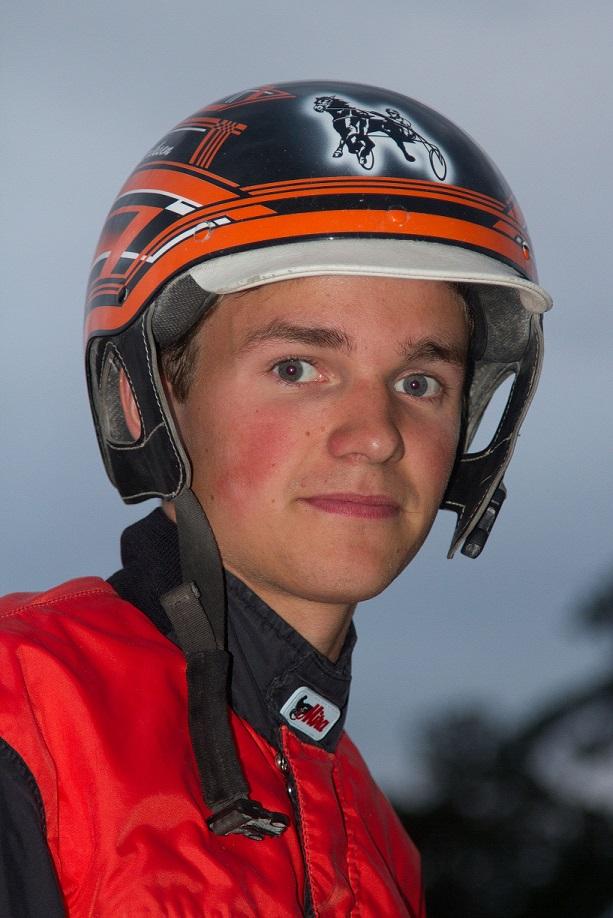 Johan Kringeland Eriksen (bildet) tok hjem amatørchampionatet på Sørlandets Travpark i 2015, til tross for at han har kjørt store deler av året med stallmannslisens! Foto: Hesteguiden.com.