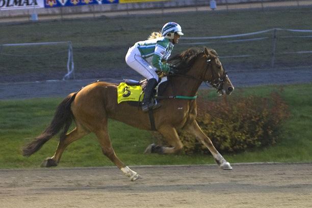 Solebriska, her sammen med Martine Finsand, gjør comeback i løpsbanen søndag. Foto: Hesteguiden.com.