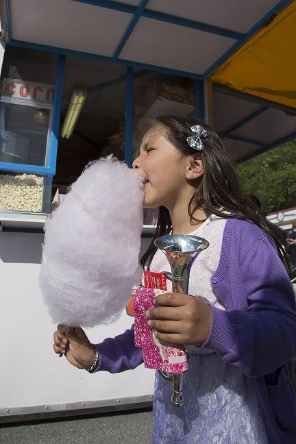 Alle barn kan glede seg over blant annet gratis sukkerspinn på Sørlandets Travpark lørdag. Foto: Hesteguiden.com.