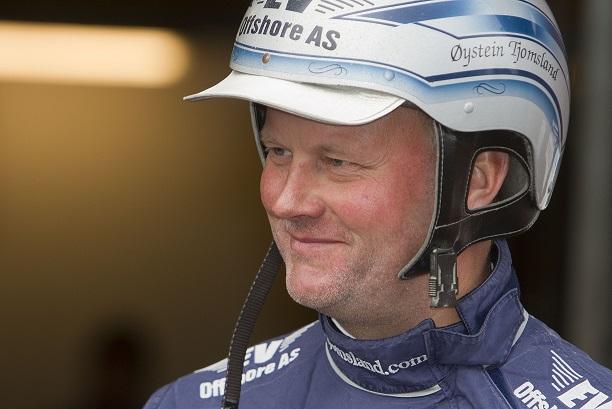 Øystein Tjomsland øker sitt forsprang på trenerstallstatistikken på Sørlandets Travpark. Foto: Hesteguiden.com.