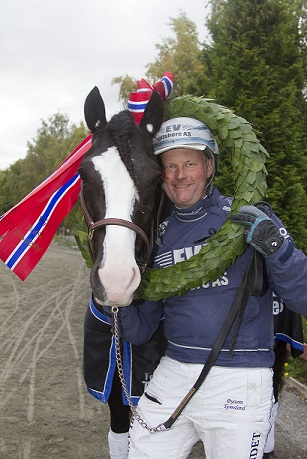 Tekno Odin og Øystein Tjomsland jakter sin fjerde strake NM-tittel på hjemmebane. Foto: Hesteguiden.com.
