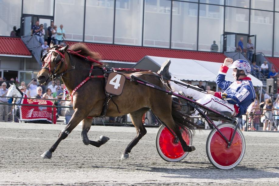 Et følelsesladet øyeblikk: I sin siste start sammen vinner Brianna og Bjørn Arvid Sæle Ponni-NM kategori BCD. Dette var ekvipasjens 30.seier sammen!