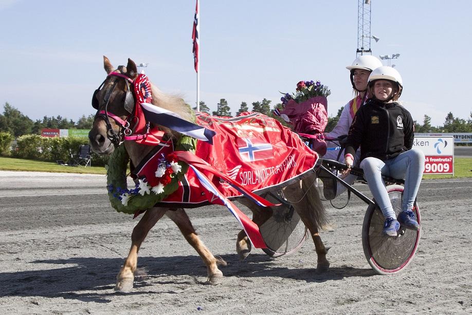 Luffsan og Mina Charlotte Rølvaag tok seg av Norgesmesterskapet for A-ponnier.
