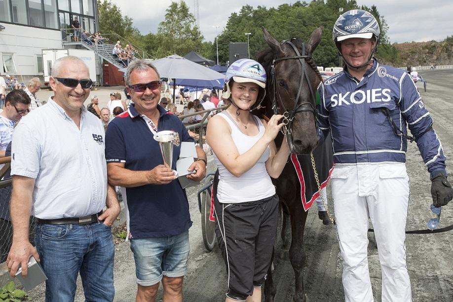 Sørlandets 3-årscup gikk til Havblikk og Øystein Tjomsland. F.v. oppdretter Martin Hove, eier Alf Laupsa og oppasser Ida Beathe Olsen.