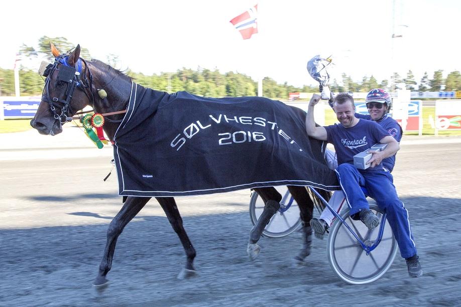Magnus Teien Gundersen styrte inn langdistanseeksperten Valokaja Hindø til seier i Sølvhesten. På sulkydraget en glad trener Sigbjørn Kolnes.