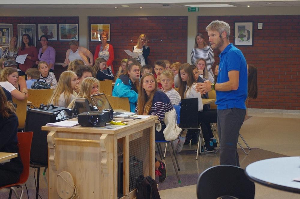 Vemund Ruud fra Ungt Entreprenørskap Agder setter ungdomsskoleelevene i riktig modus før arbeidet tar til.