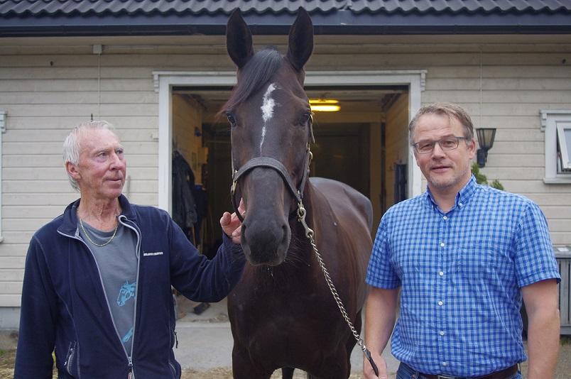 Stallmester Arild Topland (t.v.) sammen med Mister Postman og daglig leder Kjetil Olsen. Foto: Richard Ekhaugen.