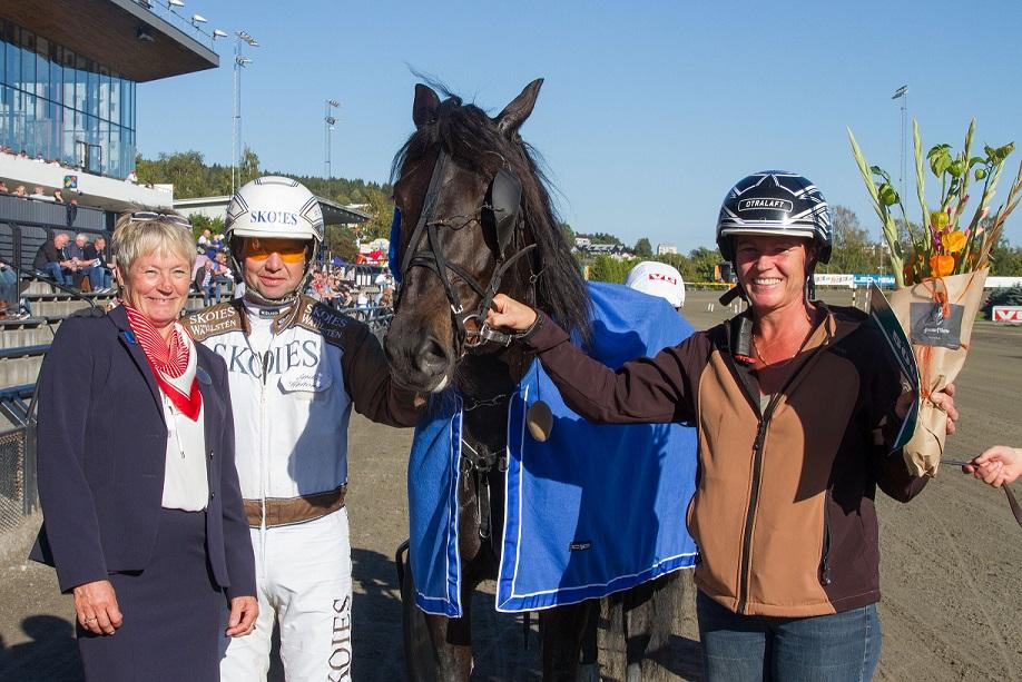 Det ble tårer og smil i skjønn forening for Gry Vigdis Bachmann da Gunda speedet inn til seier i finalen av Hoppecupen. Alle foto: Hesteguiden.com.