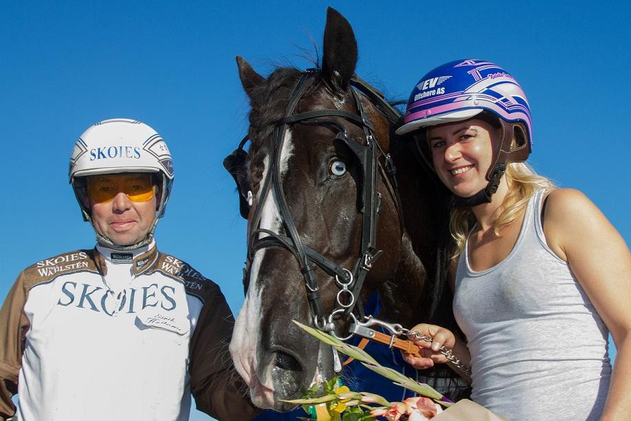 Eirik Høitomt og Natalie Iselin Repstad sammen med Spang Kinge etter V75-seieren lørdag.
