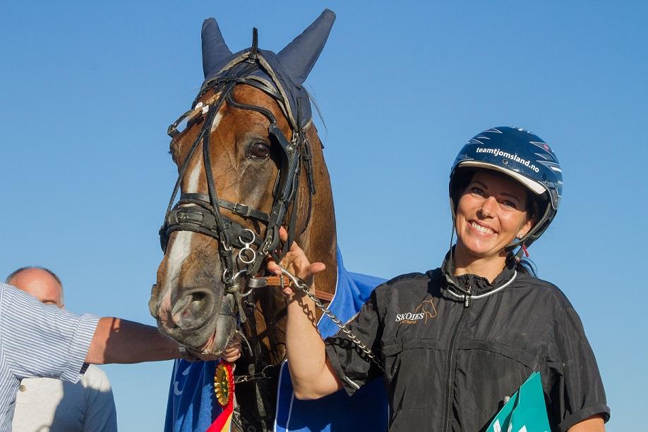 Ann Jeanette Osmundsen sammen med lekre Coktail Fortuna etter seieren i Sølvdivisjonsfinalen.