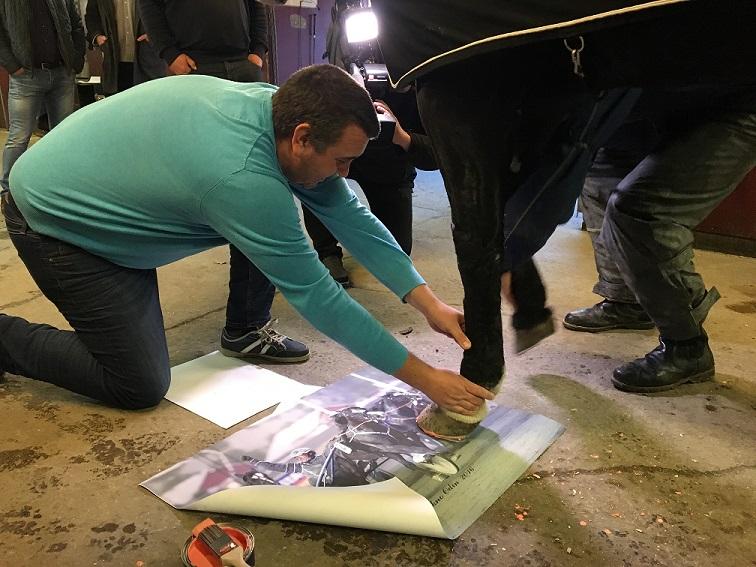 Tekno Odin setter sin signatur på bildet som nå auksjoneres bort til inntekt for Kreftforeningen. Foto: Richard Ekhaugen.