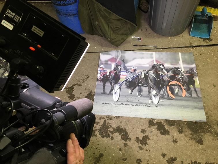 Dette signerte bildet av Tekno Odin blir nå montert på ramme av et profesjonelt firma. Auksjonen avsluttes fredag 11.november. Foto: Richard Ekhaugen.