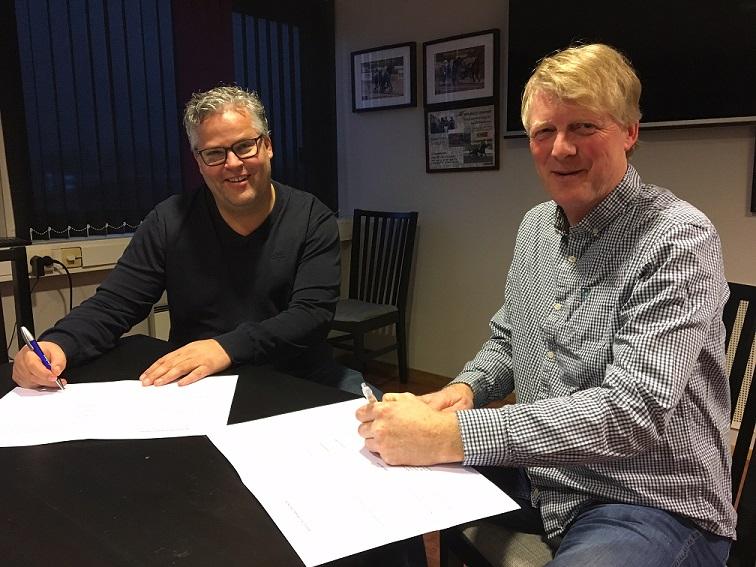 Ingvar Ludvigsen (t.v.) og Einar Sjøvaag fra Markedshjelpen signerte i dag en forlengelse av samarbeidsavtalen. Foto: Richard Ekhaugen.