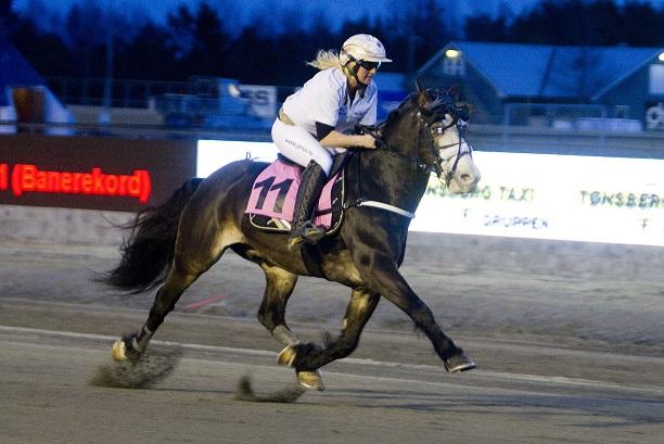 Rigel Elden, her sammen med sin trener Kari Anne Knutsen i salen, på Jarlsberg i april 2013. Foto: Hesteguiden.com.