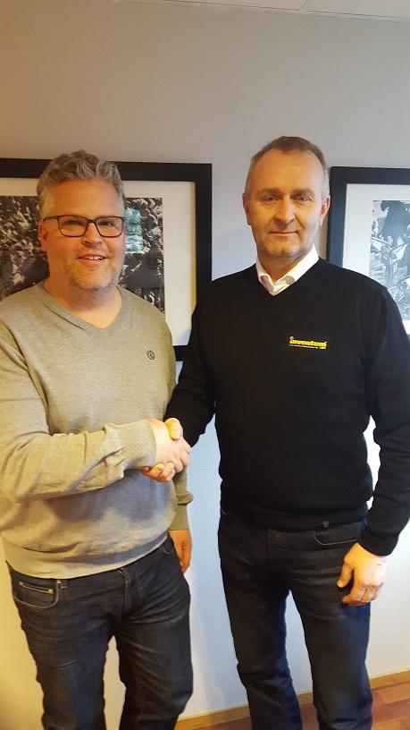 Travparkens Ingvar Ludvigsen og Roger Ribe, daglig leder hos Inventum Sør, forseglet samarbeidsavtalen med et håndtrykk. Foto: Kjetil Olsen.
