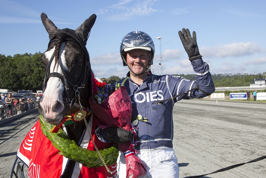 Tekno Odin og Øystein Tjomsland jakter førstepremien på 100 000 kroner i V75-6 på Forus lørdag. Foto: Hesteguiden.com.