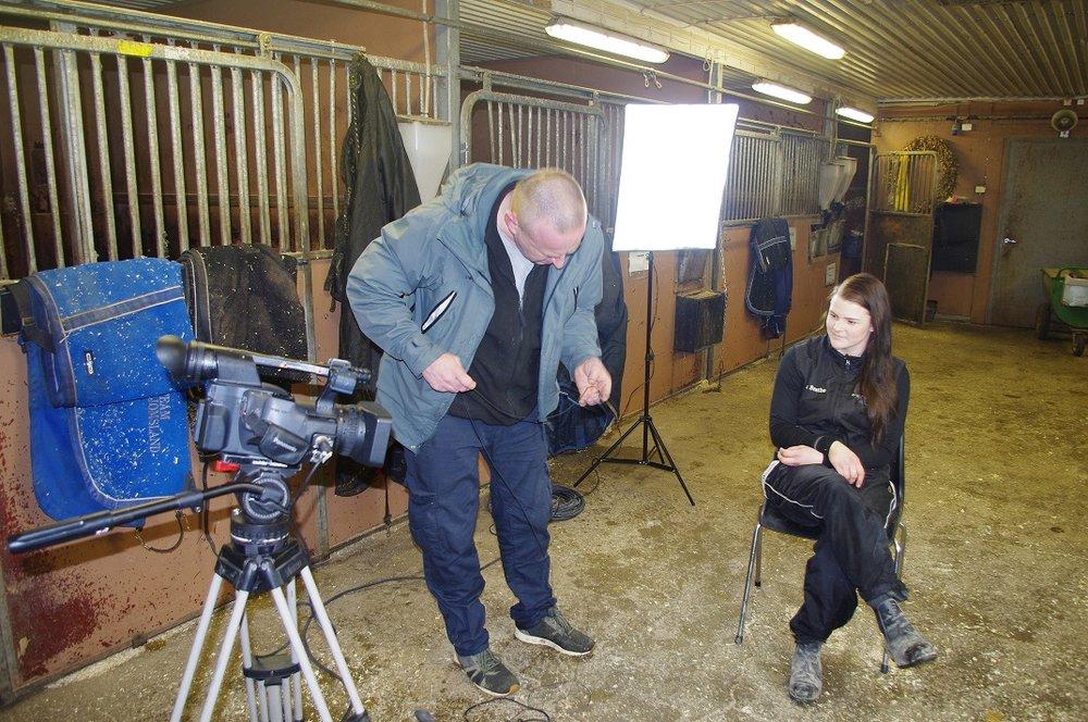 Fotograf Atle Lund setter opp intervjusettingen for Ida Beathe Olsen. Foto: Richard Ekhaugen.