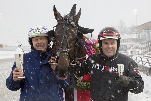 Per Otto Aagre (t.v.) feirer Fabian B.R.s seier i Widding-løpet sammen med kusk Geir Vegard Gundersen. Foto: Hesteguiden.com.