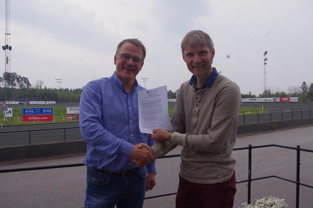 Daglig leder ved Travparken Kjetil Olsen og Vemund Ruud fra Ungt Entreprenørskap Agder ser frem til et fruktbart samarbeid i kommende år. Foto: Richard Ekhaugen.