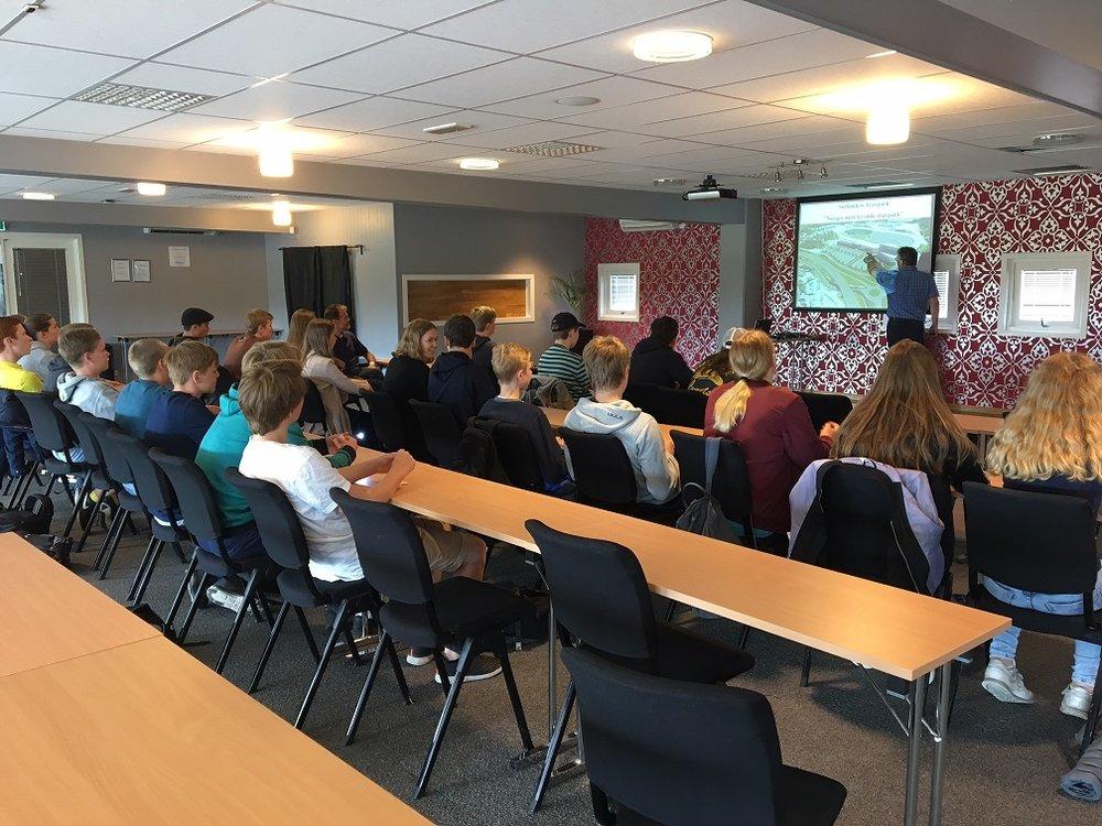 Daglig leder Kjetil Olsen forklarte elevene om travsportens betydning for verdiskapning i lokalsamfunnet. Foto: Richard Ekhaugen.