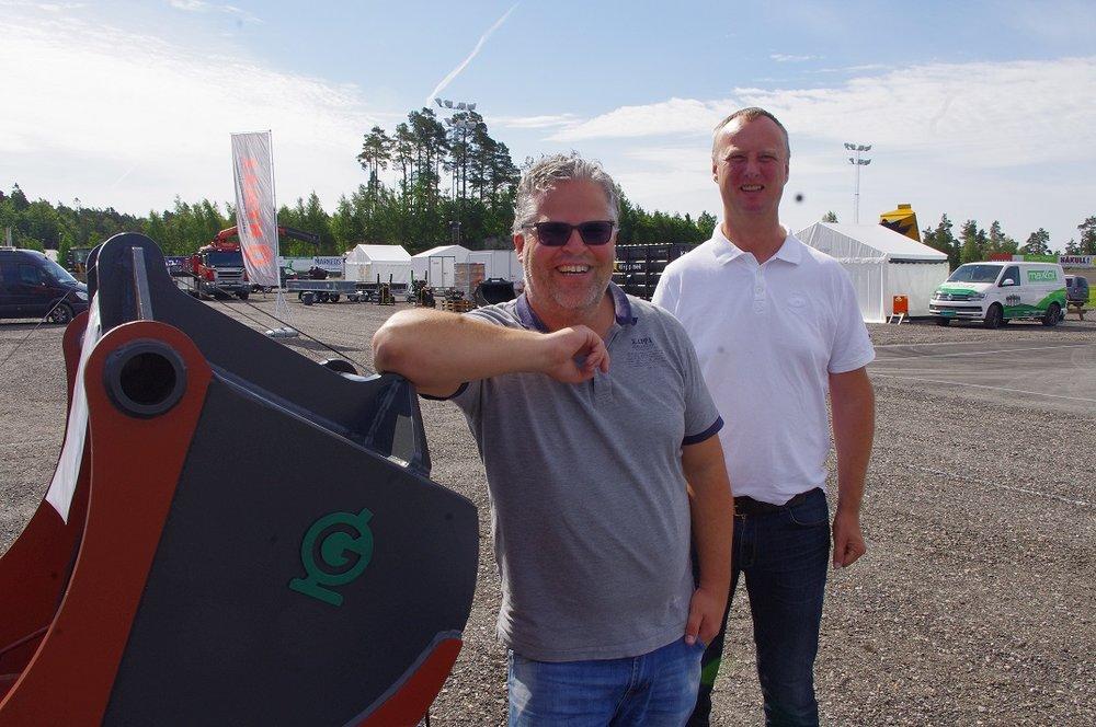 Markedsansvarlig i Travparken, Ingvar Ludvigsen, og Oskar Åsen fra MEF byr på en rikholdig meny under Anleggsmessa 2017. Foto: Richard Ekhaugen.