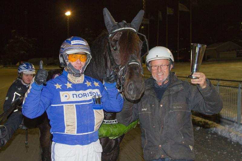 Tom Erik Solberg, Moe Tjalve og Tor Martin Moe etter seieren i Biri Oppdretningsløp i fjor. Foto: Hesteguiden.com.