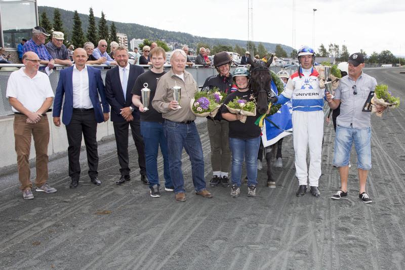 En strålende fornøyd eier- og trenerkrets etter Voje Divas storløpsseier lørdag. Foto: Hesteguiden.com.