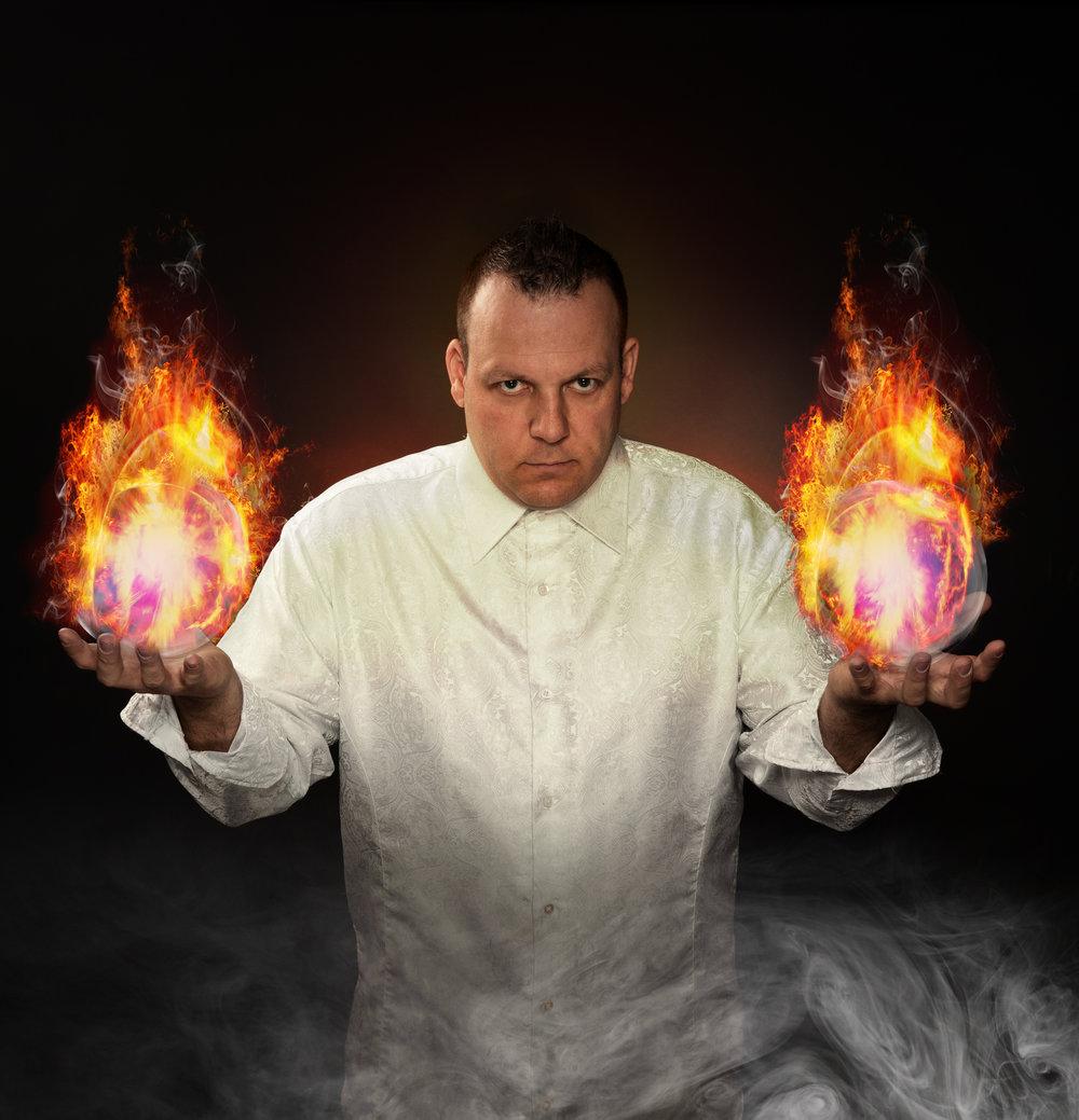 Magiker Daniel Larsen har jobbet som profesjonell artist i over 25 år. Foto: Magicofnorway.com.