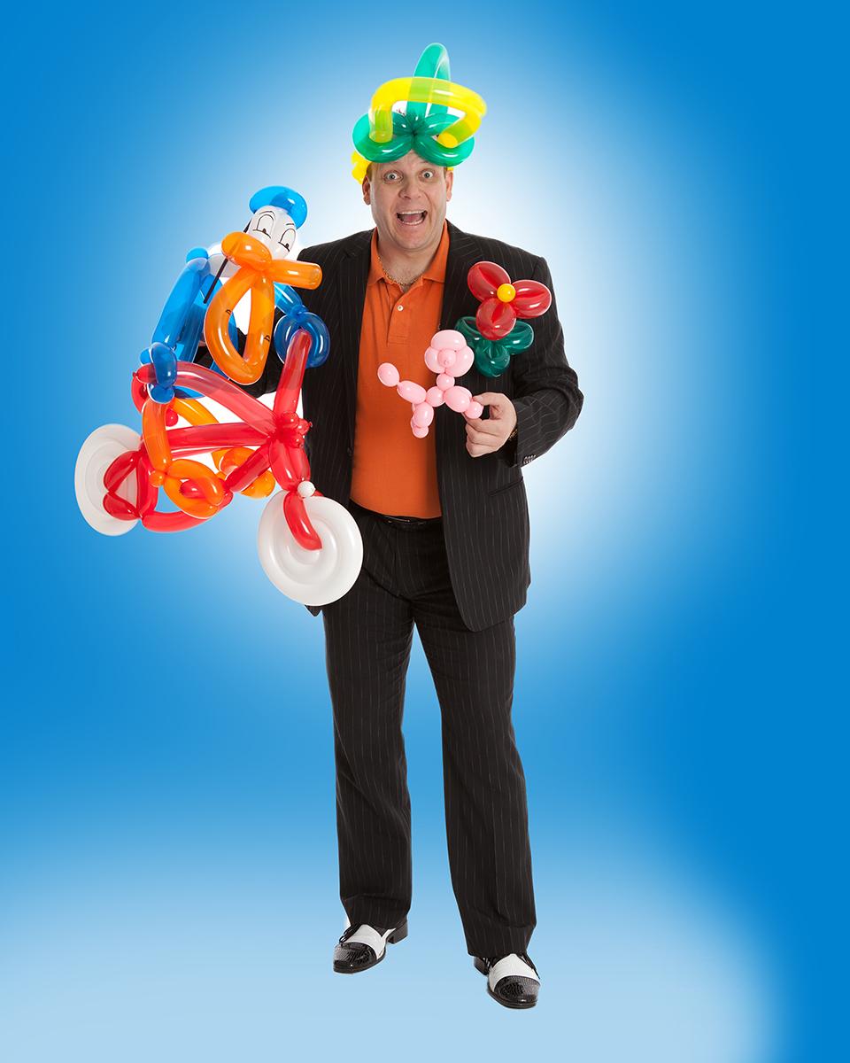 Barne- og familieshowene til magiker Daniel Larsen er fulle av humor og overraskelser. Lørdag underholder han barna i Travparken. Foto: Magicofnorway.com