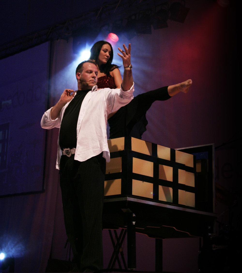 Magiker Daniel Larsen innleder Aftertravet med et spektakulært show - deretter kan du vinne reise til 10 000 kroner. Foto: Magicofnorway.com.