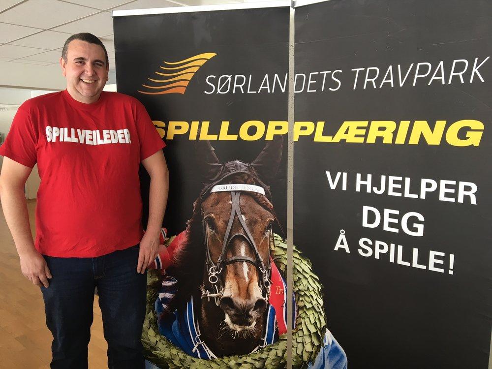 Rune Upsahl lener seg på en lokal banker til søndagens V65-omgang i Travparken. Foto: Richard Ekhaugen.