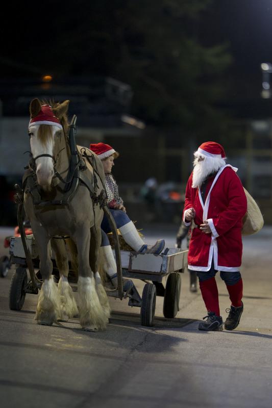 Det ryktes at selveste julenissen kommer på besøk med overraskelser til barna på Sørlandets Travpark søndag. Foto: Hesteguiden.com.