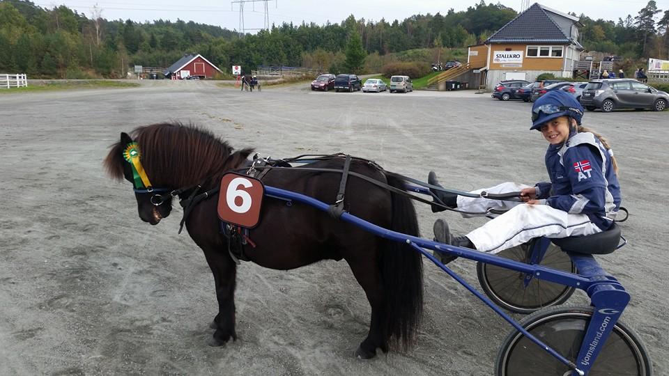 Thea Tjomsland (11) ble ponnichampion på Sørlandets Travpark i 2017. Foto: Privat.