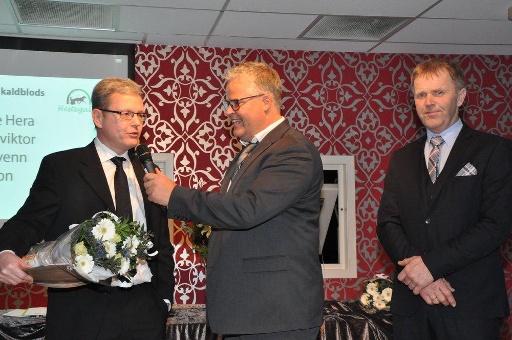 Svenn Songe og Kjell Løvdal i samtale med Ingvar Ludvigsen under prisutdelingen på hestegallaen i 2017. Foto: Baard Larsen.