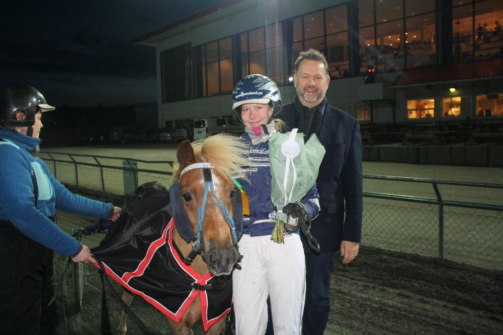 Svein Harberg (H) deler ut premier til Amalie Tjomsland etter at sørlandsjenta vant Travskolens ponniløp sammen med sin egen Månstorps Krafft. Foto: Kjetil Olsen.