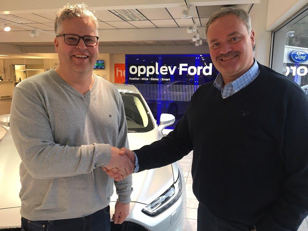 Markedssjef i Travparken, Ingvar Ludvigsen (t.v.), og Per Gunnar Aasen, daglig leder hos Bay Auto, lanserer Ford Bay Auto-touren. Foto: Richard Ekhaugen