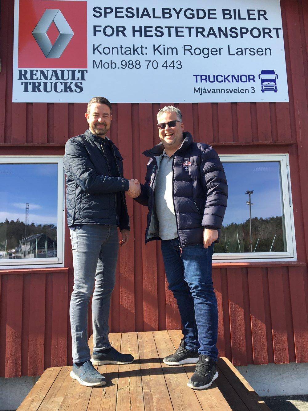 Kim Roger Larsen fra Trucknor (t.v.) og Travparkens Ingvar Ludvigsen har signert samarbeidsavtale. Foto: Richard Ekhaugen.
