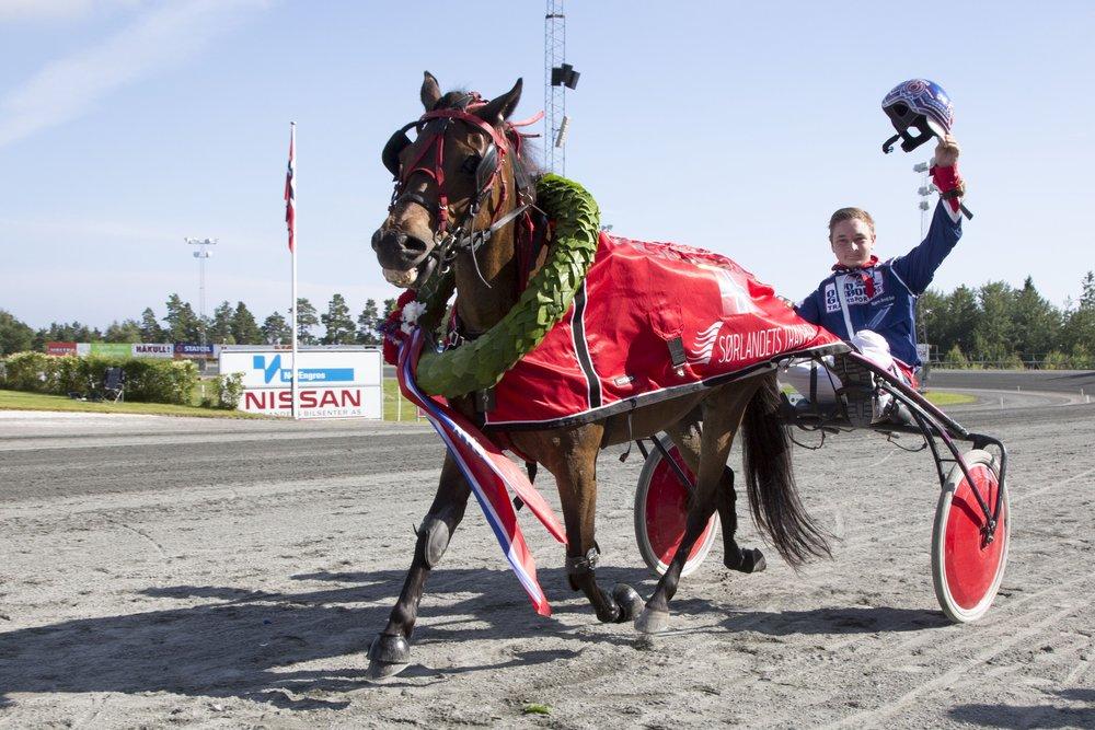 Hjemmeekvipasjen Brianna og Bjørn Arvid Sæle vant NM for ponnier i 2016. 21.juli kjøres NM for kaldblods og ponnier i Travparken. Foto: Hesteguiden.com.