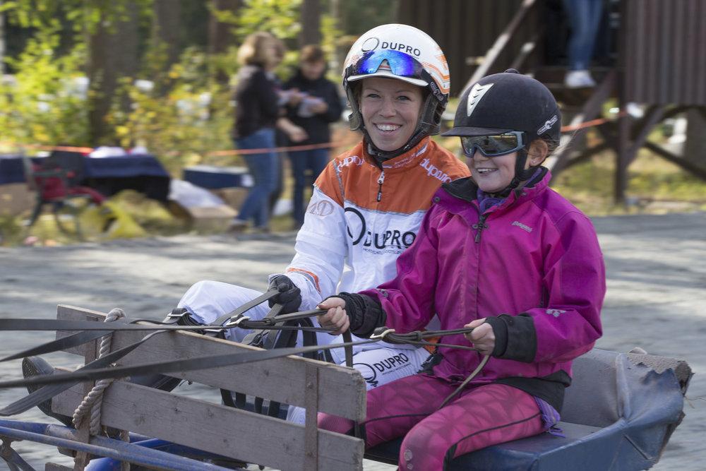Jeanett Marie Dagsvold fra lokalkjøring på Modum sammen med rekruttkusk Hanne Einang. Foto: Hesteguiden.com.