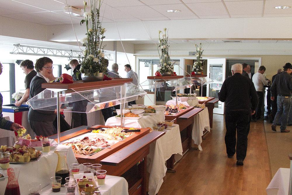 Ønsker du å nyte vår nydelig buffet under Sommertravet? Da bør du være rask med å bestille bord. Foto: Hesteguiden.com.