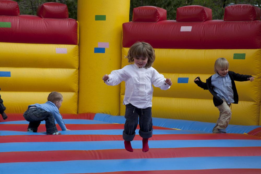 Hoppeslott er alltid en populær aktivitet for de minste. Foto: Hesteguiden.com.