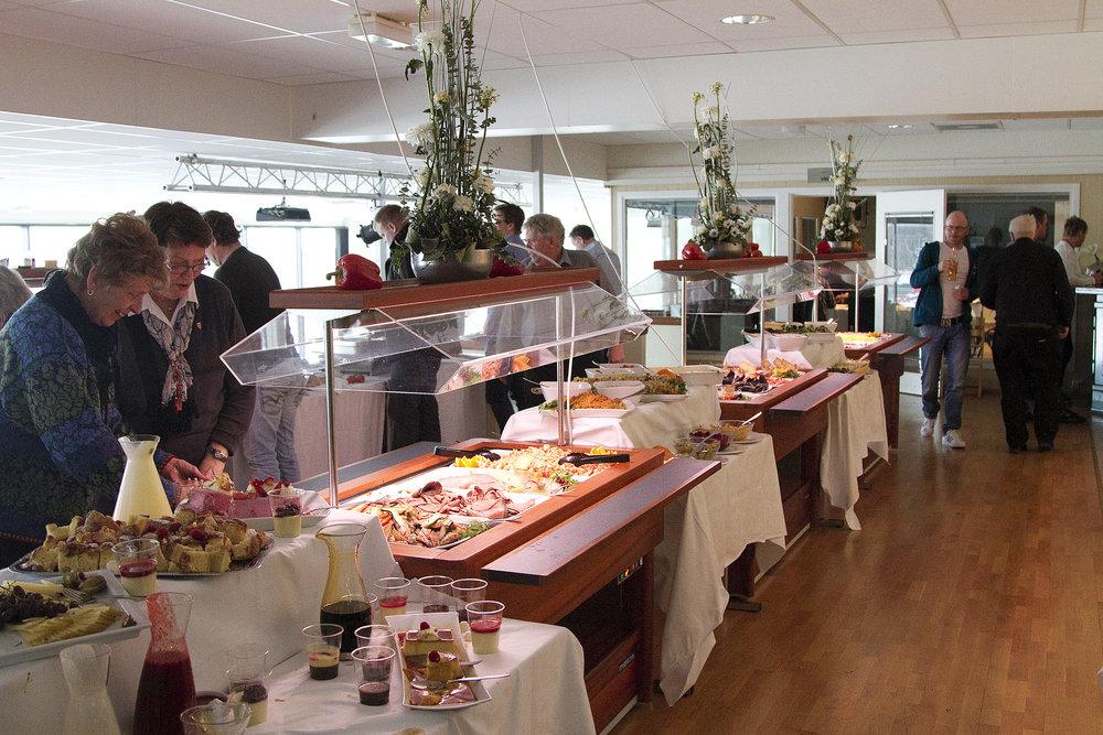 For kun 550 kroner får du busstur t/r, inngang, program og denne nydelige buffeten på V75-dagen lørdag 3.november. Foto: Hesteguiden.com.