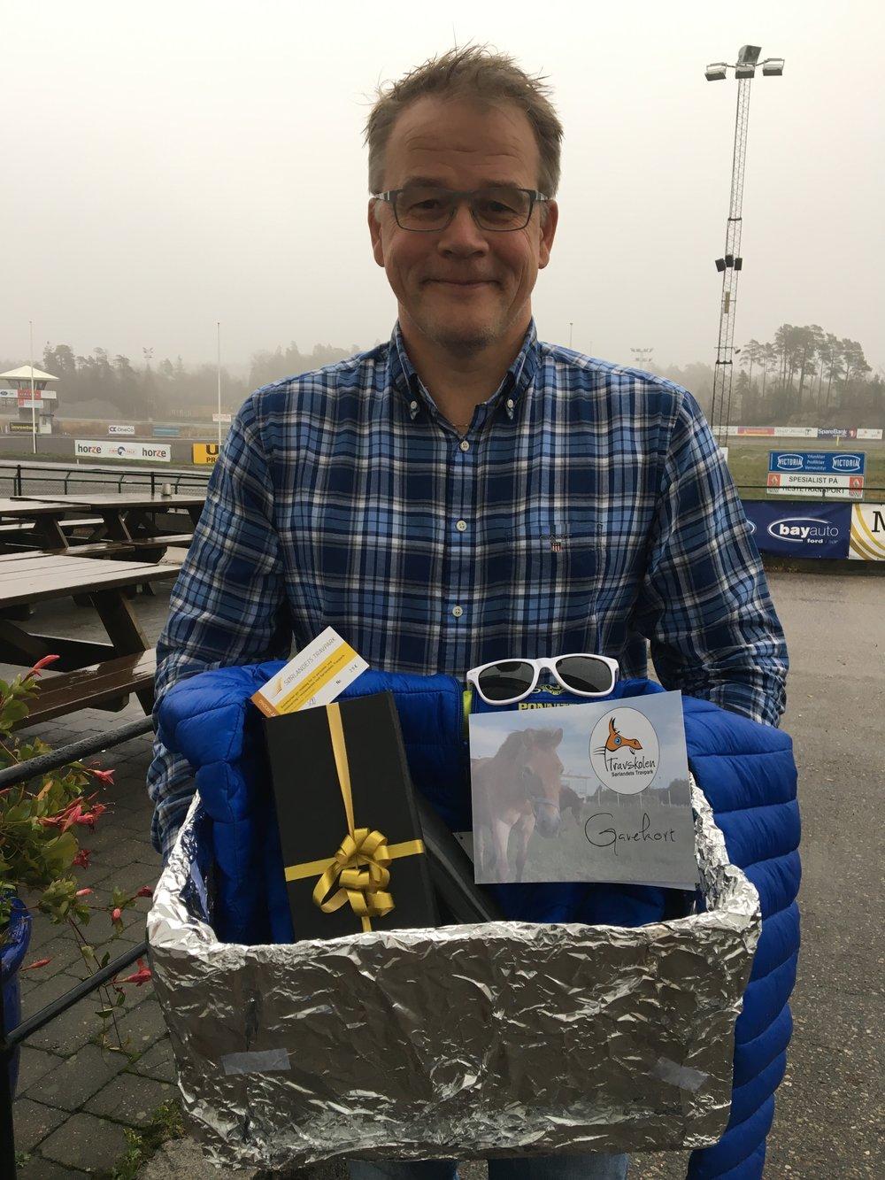Daglig leder Kjetil Olsen med gaveesken til farsdagen som vi trekker ut til èn heldig pappa. Foto: Richard Ekhaugen.