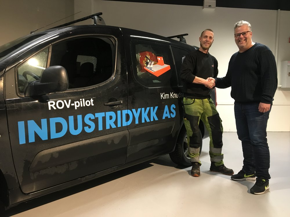 Daglig leder hos Industridykk AS, Ole Martin Hagen Sørli, er ny samarbeidspartner i nettverket til Travparken. T.h. en fornøyd markedssjef Ingvar Ludvigsen. Foto: Richard Ekhaugen.