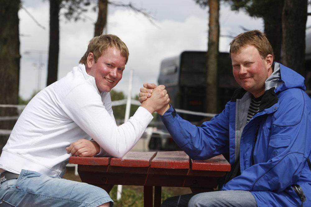 Brødrene Vidar og Øystein Tjomsland, på et ikke direkte dagsferskt bilde, stikker av med hver sin championat-tittel på Sørlandets Travpark i 2018. Foto: Hesteguiden.com.
