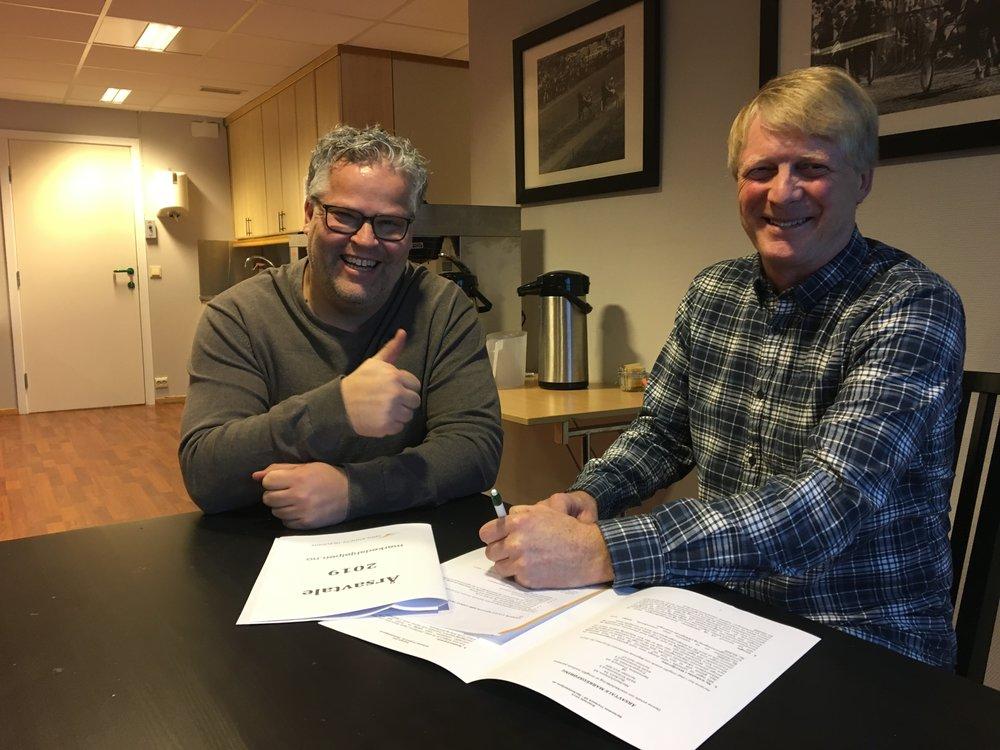 Glade miner da Travparkens markedssjef Ingvar Ludvigsen signerte en forlengelse av samarbeidskontrakten med Markedshjelpens Einar Sjøvaag. Foto: Richard Ekhaugen.