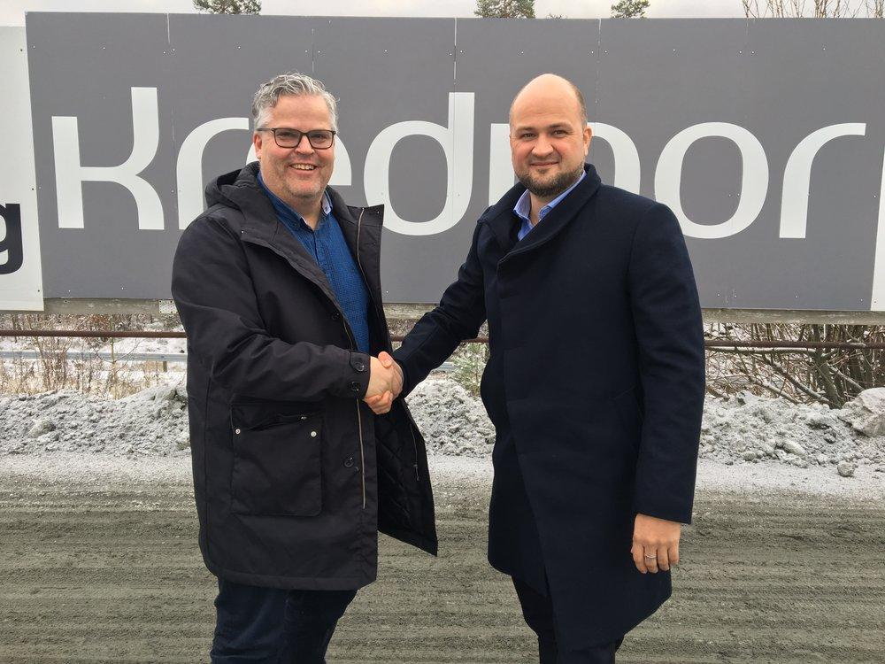 Travparkens Ingvar Ludvigsen og Kredinors Roger Mellemstrand gir hverandre hånden som et synlig bevis på den forlengede samarbeidsavtalen. Foto: Richard Ekhaugen.