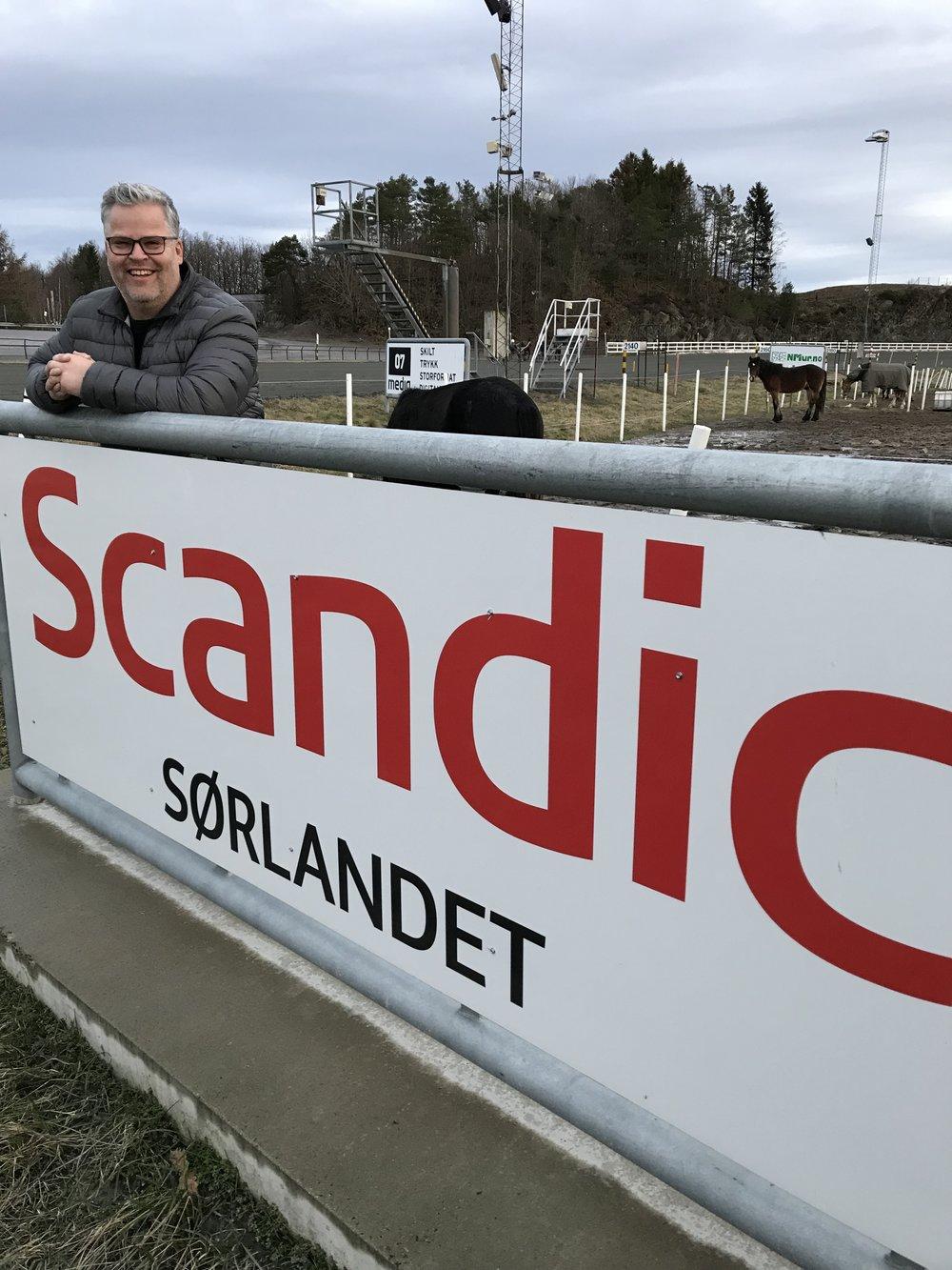 Markedssjef Ingvar Ludvigsen tilbyr Travparkens gjester en svært gunstig hotellpris når de bestiller hos vår samarbeidspartner Scandic Hotels. Foto: Richard Ekhaugen.